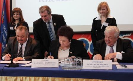 Подписание трехстороннего договора о сотрудничестве Минского, Московского и Киевского областных профцентров, апрель 2013